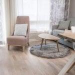 Huoneiston olohuone jossa on nojatuoli, kahvipöytä ja sohva.