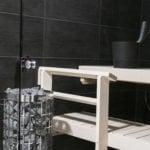 Sauna jossa on mustat seinät.