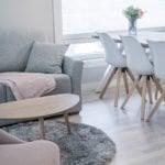 Huoneiston olohuone jossa on sohva ja kahvipöytä.