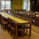 Pitkät pöydät ravintola Leiripaikassa.