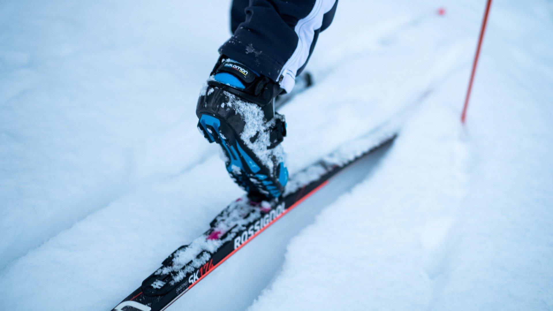 Lähikuva hiihtäjän suksista ladulla.