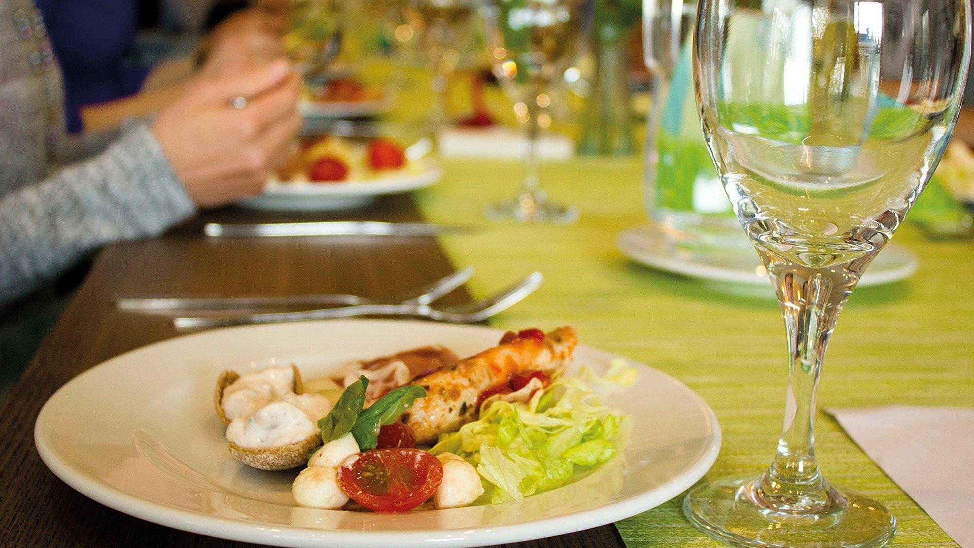 Päivälliskattaus ravintola Leiripaikassa.