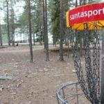 Frisbee-golf maali metsässä.