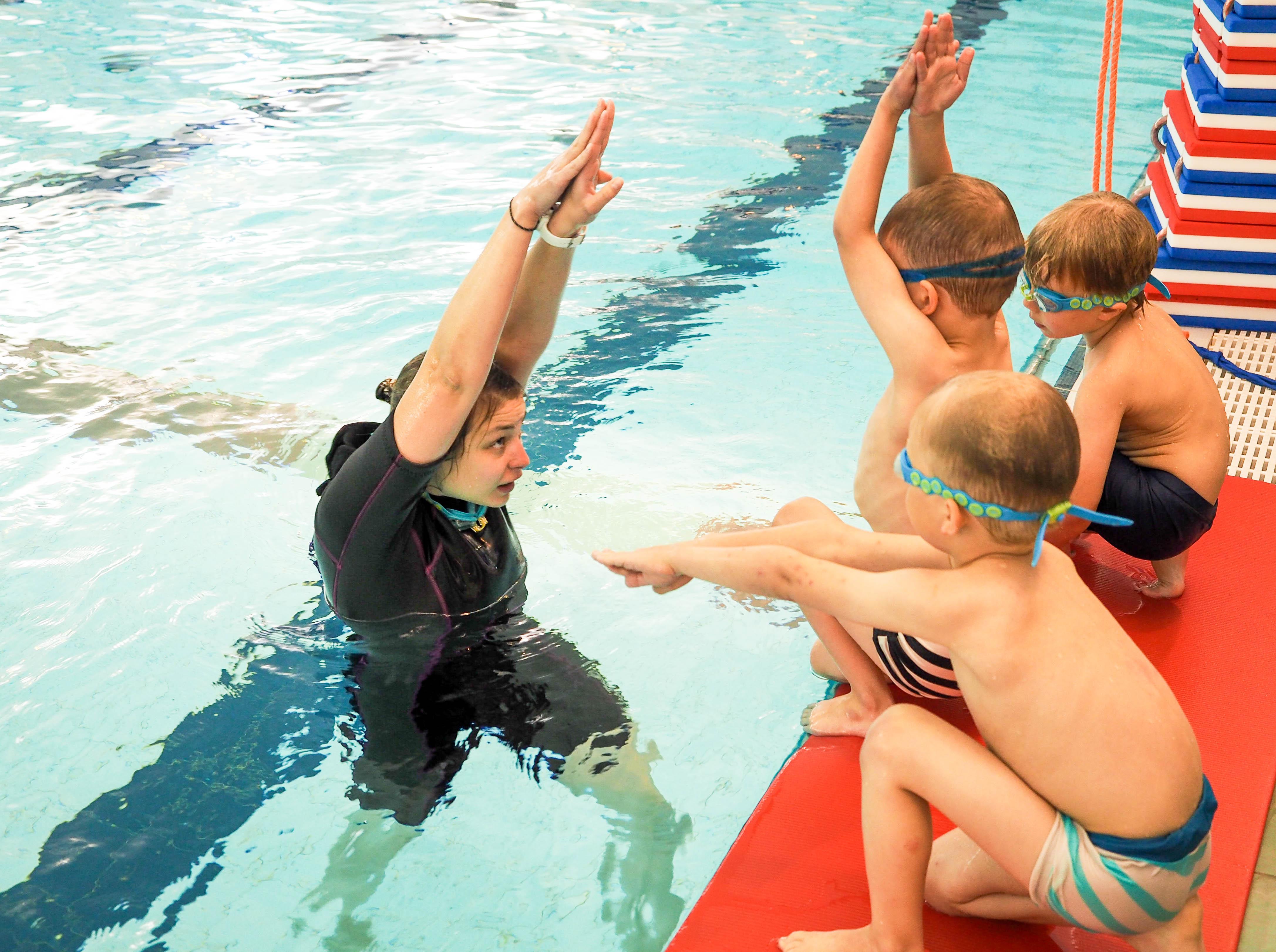 uimaope opettaa lapsia