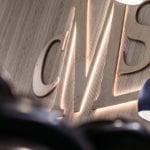 CMS logo seinällä
