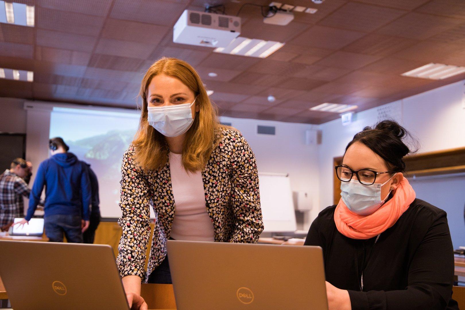 naiset maskeissa