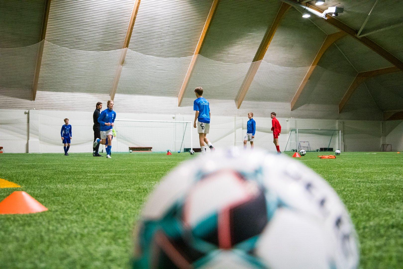 Kuvituskuva jalkapalloilijoista Ounashallissa.